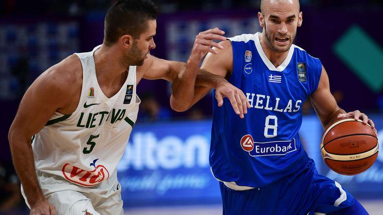 Le joueur grec Nick Calathes (à droite) (OZAN KOSE / AFP)