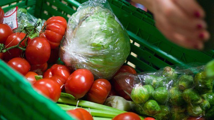 A la banque alimentaire, des bénévoles récupèrent des grandes surfaces les produits proches de la date limite de consommation (MAXPPP)