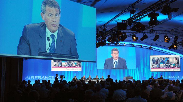 L'assemblée générale d'Air France-KLM se tient à Paris, le 31 mai 2012. Sur l'écran,Jean-Cyril Spinetta,président d'Air France-KLM. (ERIC PIERMONT / AFP)