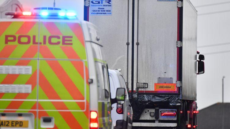 Le camion frigorifique, dans lequel 39 corps ont été découverts le 23 octobre 2019, évacué par la police britannique. (BEN STANSALL / AFP)