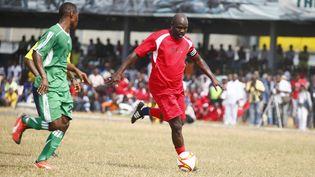 George Weah, en rouge, lors d'un match de football caritatif, deux jours avant son entrée en fonction en tant que président du Libéria, le 20 janvier 2018. (AHMED JALLANZO / EPA)