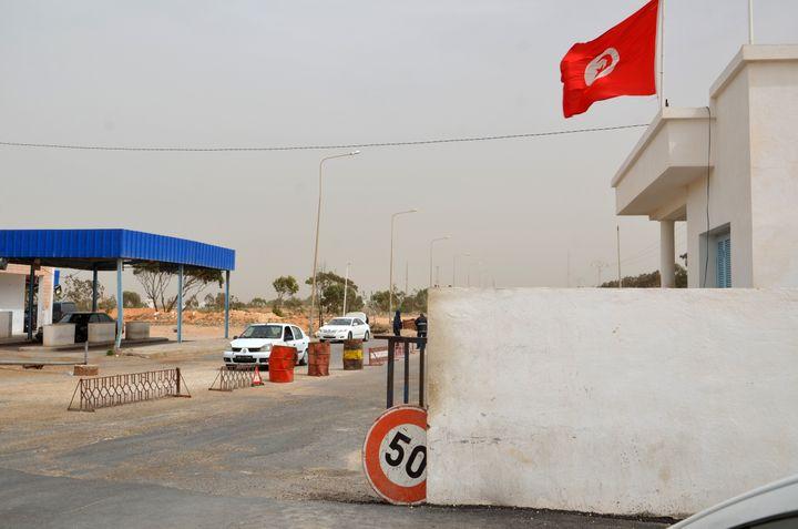 Point de passagede Ras Jédir entre la Tunisie et la Libye, le 22 mars 2016. Les deux pays ont quelque 500 kilomètres de frontière commune. Avec l'Algérie, la Libye a près d'un millier de kilomètres de frontière commune. (FATHI NASRI / AFP)