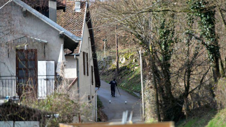 Les gendarmes font des recherches devant la maison des parents de Nordahl Lelandais à Domessin (Savoie), le 14 février 2018. (ALLILI MOURAD/SIPA)