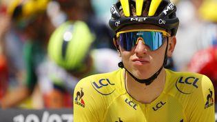 Le maillot jaune Tadej Pogacar (UAE-Team Emirates) sur la ligne de départ de la 14e étape du Tour de France, samedi 10 juillet, à Carcassonne. (THOMAS SAMSON / AFP)