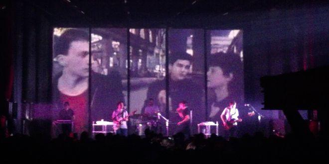Daniel Darc se balade sur l'écran au concert de Fauve au Bataclan.  (Laure Narlian / Culturebox)