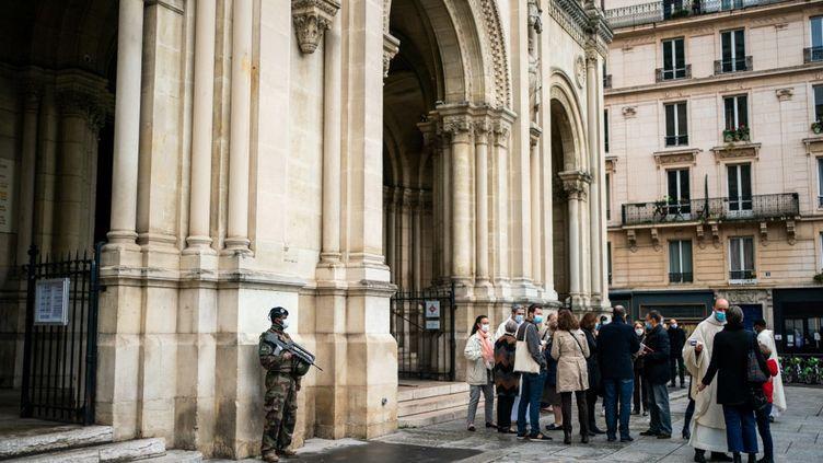 Des militaires surveillent l'entrée de l'église Saint-Ambroise (Paris), le 1er novembre 2020. (XOSE BOUZAS / HANS LUCAS)