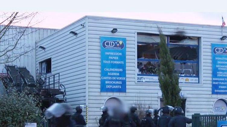 L'imprimerie CDT de Dammartin-en-Goële (Seine-et-Marne), lors de l'assaut du GIGN contre les frères Kouachi, le 9 janvier 2015. ( SIPA)