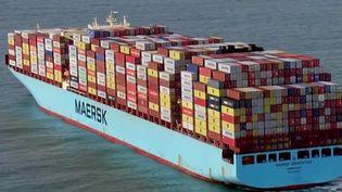 De nombreux bateaux, remplis de cadeaux de Noël, ont dû être déroutés, faute de place dans les ports britanniques. Depuis le Brexit, le pays n'a plus de chauffeurs et les conteneurs ne sont plus acheminés.  (CAPTURE ECRAN FRANCE 2)