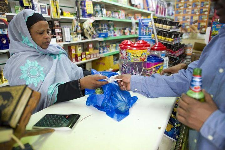 Un client achète du khat à Harlesden, au nord-ouest de Londres, en juin 2014, quelques jours avant son interdiction et classification C parmi les drogues et substances illicites par le gouvernement britannique.  (Justin Tallis/AFP)