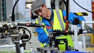 Un ouvrier travaille dans l'usinePSA Peugeot-Citroën deDouvrin (Pas-de-Calais), le 29 octobre 2013. (PHILIPPE HUGUEN / AFP)