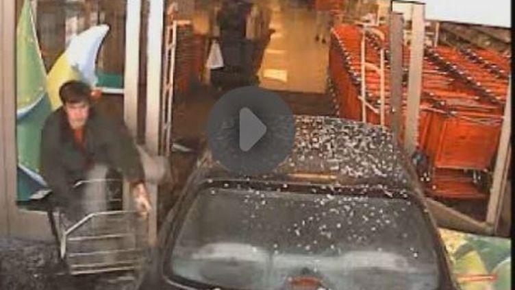 Capture d'écran montrantNathan Glenville à côté de son véhicule devant lemagasin Target, à Washington dansle Missouri (Etats-Unis), le 16 décembre 2015. (TITANVORTEX / YOUTUBE)