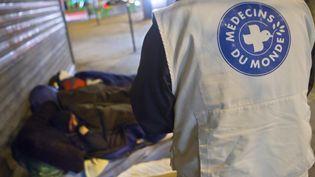 Un membre de Médecins du Monde en intervention à Paris le 3 décembre 2010. (LOIC VENANCE/AFP)