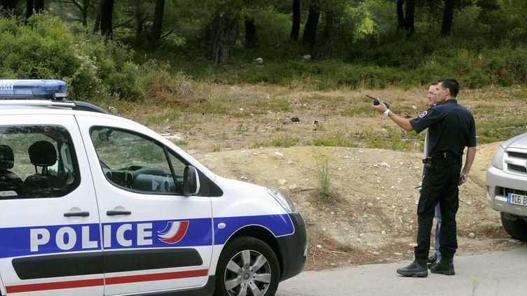 Des policiers enquêtent à Septèmes-les-Vallons (Bouches-du-Rhône) après la découverte d'un corps calciné, le 3 septembre 2012. (MAXPPP)