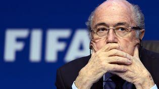Le 30 mai 2015, le président de la Fifa,Sepp Blatter, assiste à une conférence de presse après sa réélection à la tête de l'instance dirigeante du foot mondial. (FABRICE COFFRINI / AFP)