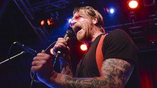 Jesse Hughes, le chanteur des Eagles of Death Metal, en concert à Stockholm (Suède), le 13 février 2016. (VILHELM STOKSTAD / TT NEWS AGENCY /AFP)