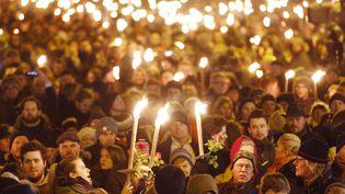 Des centaines de personnes se rassemblent pour une veillée près du club culturel à Copenhague, au Danemark, le lundi 16 février 2015 (MICHAEL PROBST / AP / SIPA)