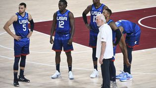 Les joueurs de la Team USA et leur coach Gregg Popovich, lors du premier match de la sélection contre la France, le 25 juillet. (ARIS MESSINIS / AFP)