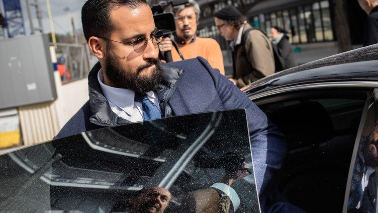 Alexandre Benalla le 20 mars 2019 à la sortie du tribunal de Paris. (AURELIEN MORISSARD / MAXPPP)