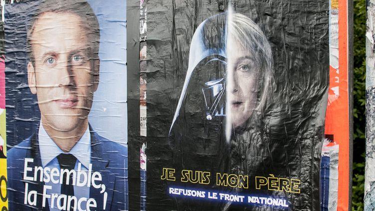 """Marine Le Pen parodiée en Dark Vador de la saga """"Star Wars"""" sur des panneaux électoraux à Saint Brieuc (Côtes d'Armor), le 1er mai 2017.  (Cyril Frionnet/Maxppp)"""