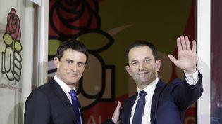 Manuel Valls et Benoît Hamon lors du second tour de la primaire de la gauche, le 29 janvier 2017. (GEOFFROY VAN DER HASSELT / AFP)