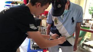 Victor et son grand-père Gérard, en train de teste une ceinture laser pour les malades de Parkinson (FRANCEINFO)