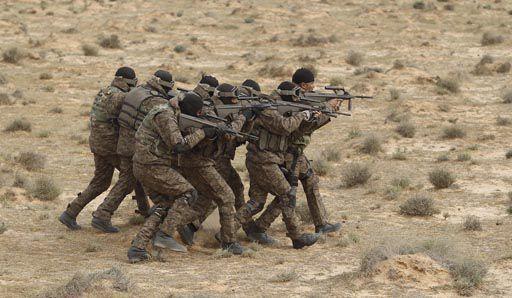 Soldats tunisiens lors d'un exercice à Sabkeht Alyun,à la frontière libyenne, le 6 février 2016 (REUTERS - Zoubeir Souissi)