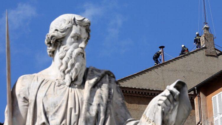 La cheminée est installée sur le toit de la Chapelle Sixtine, au Vatican, à l'approche du conclave, samedi 9 mars 2013. (CHRISTOPHER FURLONG / GETTY IMAGES )