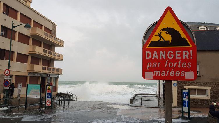 Panneau de vigilance en cas de grandes marées à Saint-Malo (Ille-et-Vilaine), en février 2020. (BENJAMIN FONTAINE / FRANCE-BLEU ARMORIQUE)