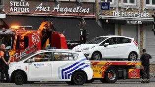 Une voiture est retirée de l'endroit où un homme a tué trois personnes, mardi 29 mai à Liège. (ERIC LALMAND / BELGA)