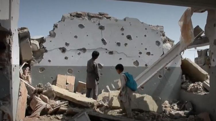 À l'école Papen, en Afghanistan, l'éducation des enfants se poursuit quand même, au milieu des décombres causés par la guerre. (CAPTURE D'ÉCRAN)