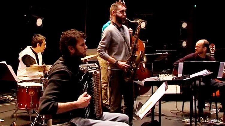 Vincent Peirani (à l'accordéon) et Christophe Panzani (au saxophone) en répétition à l'Arsenal de Metz.  (France 3)