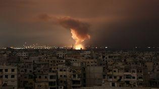De la fumée s'échappe d'une frappe aérienne du régime, dans la Ghouta orientale, le 23 février 2018. (AMMAR SULEIMAN / AFP)