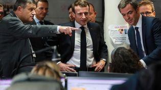 Emmanuel Macron visite les urgences de l'hôpital Necker, à Paris, le 10 mars 2020. (LUDOVIC MARIN / AFP)