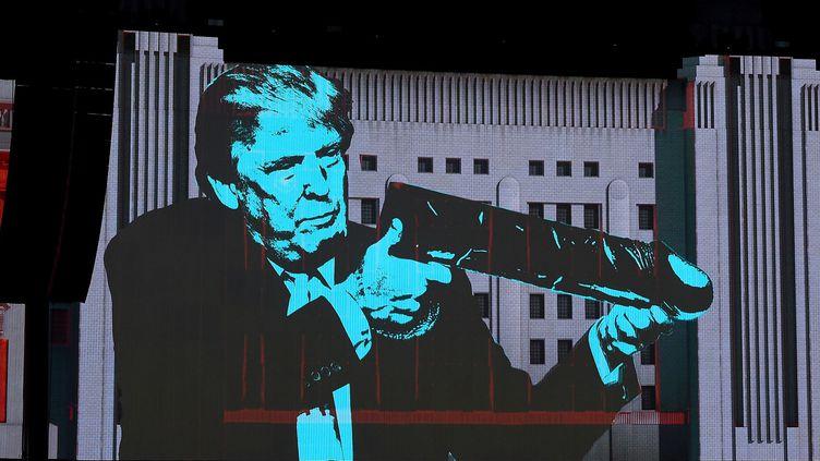 """Donald Trump caricaturé sur scène dans la chanson """"Pig (Three different Ones"""") de Roger Waters.  (Kevin Winter / Getty Images / AFP)"""