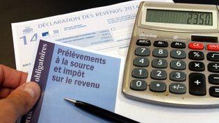 Un formulaire de déclaration d'impôts sur le revenu envoyé à un habitant de Mulhouse (Haut-Rhin), le 20 mai 2015. (JEAN-FRANCOIS FREY / MAXPPP)