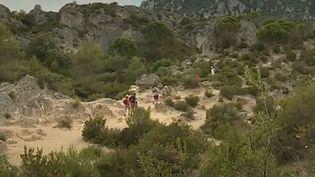 Chaque été, le cirque de Mourèze (Hérault) attire toujours autant de visiteurs malgré une végétation en augmentation. (FRANCE 3)