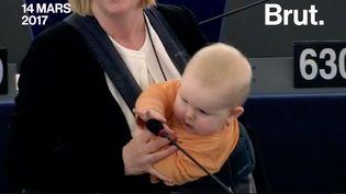 Une députée suédoise dénonce, son bébé dans les bras, la famine en Afrique devant le Parlement européen. (Brut)