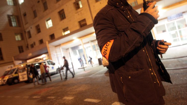 Un policier posté devant l'hôpital Saint-Roch de Nice (Alpes-Maritimes), le 17 novembre 2013. (MAXPPP)