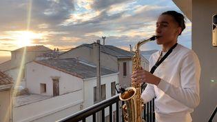 """Rayane Tachouaft, alias """"RayanSax"""",lors de sondernier concert de confinement le samedi 9 mai, à Marseille. (RAYANSAX (VIA INSTAGRAM))"""