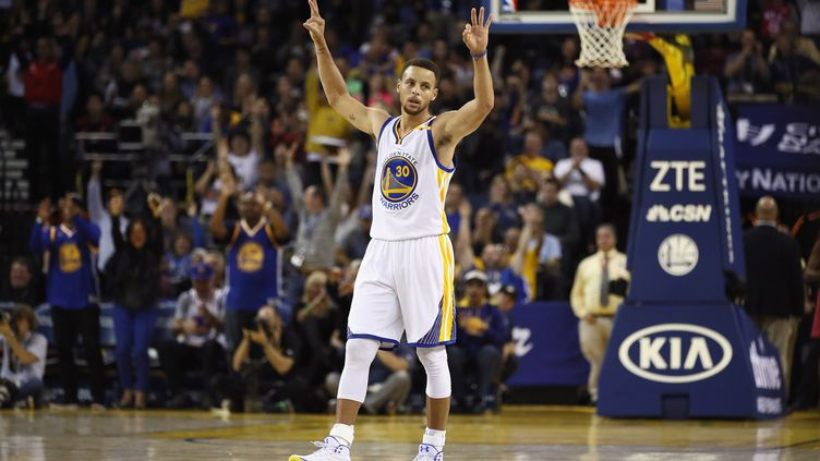 Stephen Curry est un peu plus dans l'histoire de la NBA (EZRA SHAW / GETTY IMAGES NORTH AMERICA)
