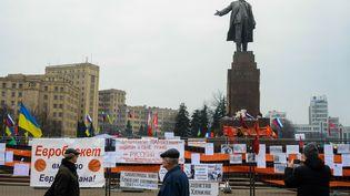 Des habitants russophones de Kharkov(Ukraine) se réunissent pour défendre la statue de Lénine, lundi 3 mars. (CHEKACHKOV IGOR / RIA NOVOSTI)
