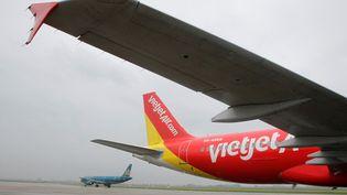 Un avion A320 de la compagnie VietJet, au départ de l'aéroport d'Hanoi au Vietnam, le 25 septembre 2013. (NGUYEN HUY KHAM / REUTERS)