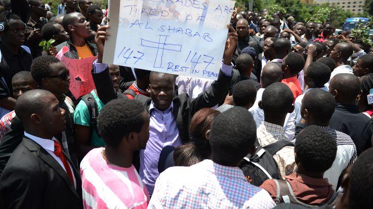 Des Kenyans participent à une marche de protestation contre les shebabs à Nairobi (Kenya), le 7 avril 2015. (SIMON MAINA / AFP)