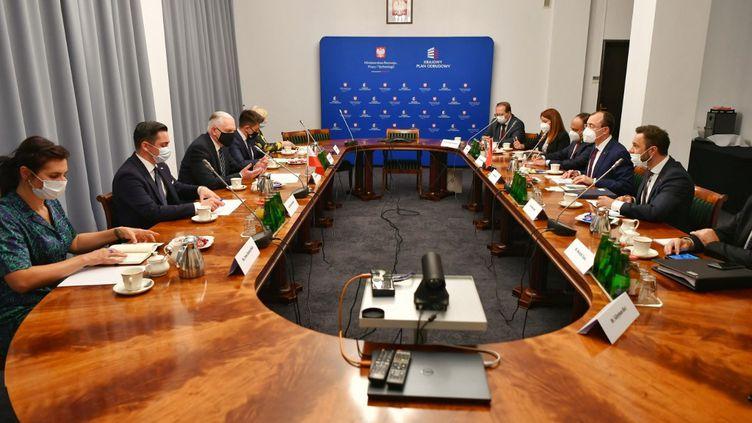 Le ministre polonais du Développement économique, du Travail et de la Technologie, Jaroslaw Gowin, lors d'une rencontre avec le ministre turc du Commerce, Mehmet Mus, à Varsovie, en Pologne, le 18 juin 2021. (TURKISH TRADE MINISTRY / ANADOLU AGENCY / AFP)