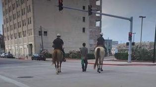 Un homme arrêté par la police, mains liées dans le dos et tenu par une corde, au Texas (États-Unis). (FRANCE 3)