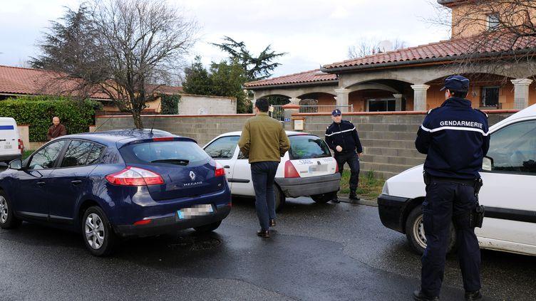 Des gendarmes postés le 28 janvier 2014 à Pinsaguel (Haute-Garonne) devant la maison d'un des adolescents récupérés en Turquie, après avoir voulu partir en Syrie pour participer au conflit. (ERIC CABANIS / AFP)