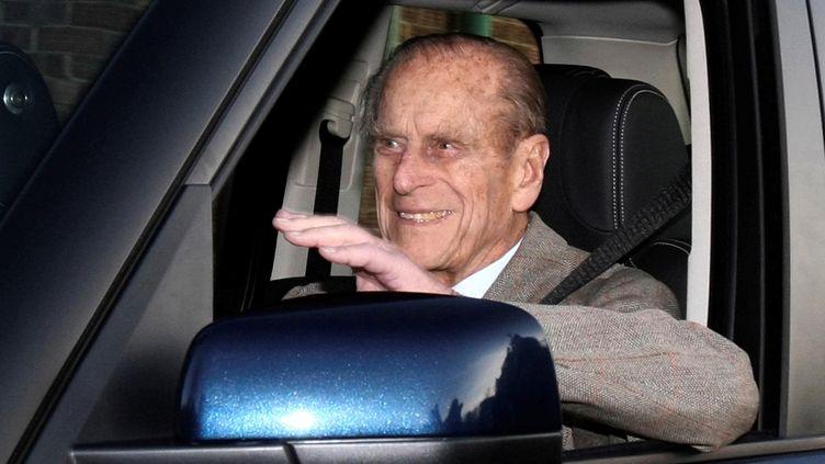 Le prince Philip, époux de la reine Elizabeth II, au volant de sa voiture àLondres, le 27 janvier 2011. (NEIL HALL / REUTERS)