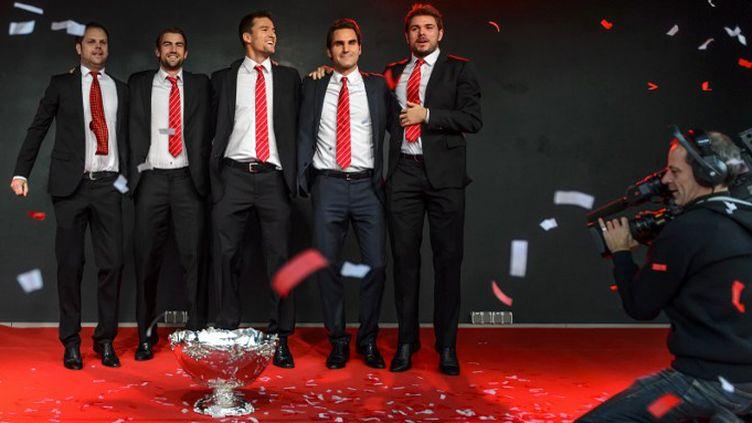 Roger Federer accompagné de ses coéquipiers de Coupe Davis. (FABRICE COFFRINI / AFP)