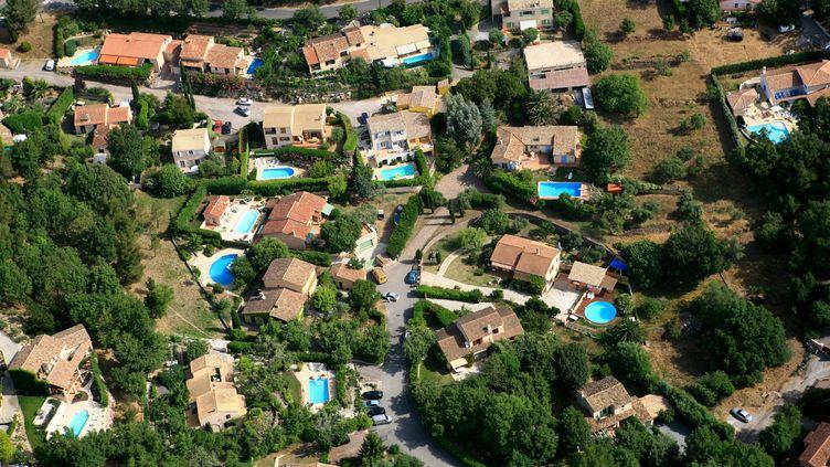 Un lotissement avec des habitations et leurs piscines privées dans le Var. Photo d'illustration. (STEPHANE DOUSSOT / MAXPPP)