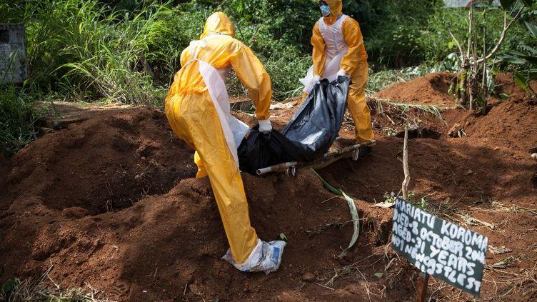 Enterrement d'une victime d'Ebola, le 10 octobre 2014, à Freetown (Sierra Leone). (FLORIAN PLAUCHEUR / AFP)